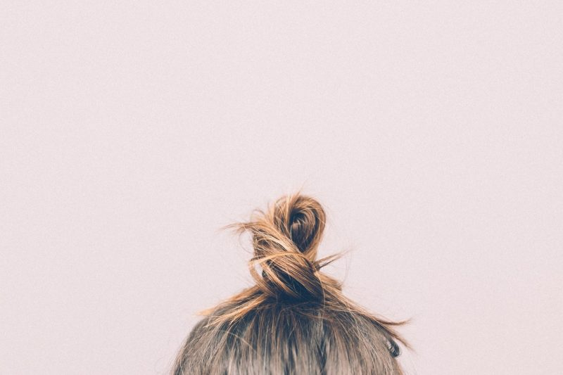 Read more about the article How to Do a Perfect Messy Bun in 4 Steps
